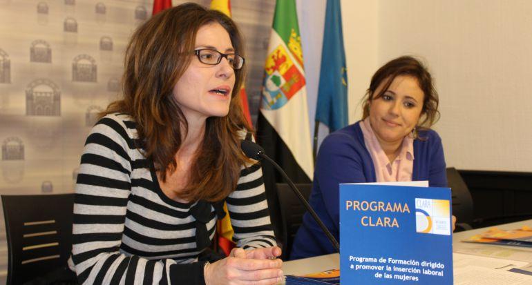 Gloria Horrillo (coordinadora del programa) y Ana Aragoneses (delegada de igualdad) durante la presentación del programa