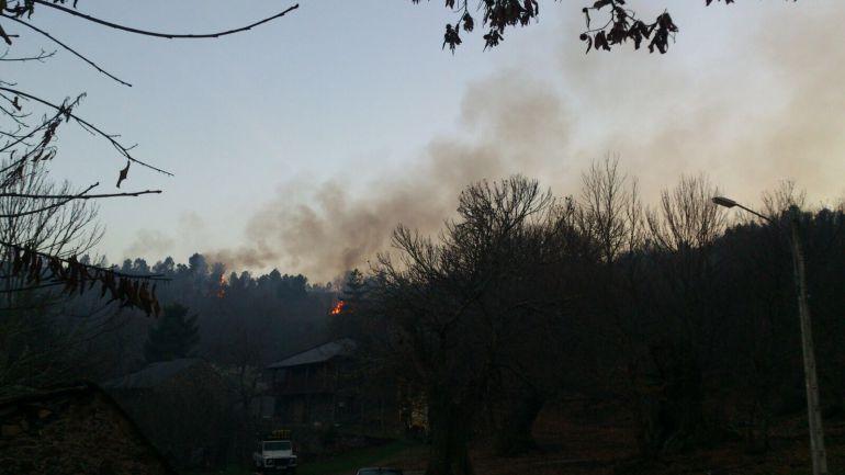 El incendio se quedó a 300 metros de las casas