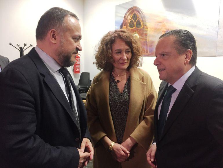 El presidente del Consejo Consulltivo habla con la alcaldesa de Ponferrada  y el presidente del Consejo Comarcal