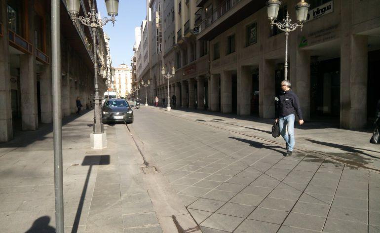 Esta era la iamgen de la calle Ganivet después de la retirada de los maceteros para acoger los palcos de Semana Santa
