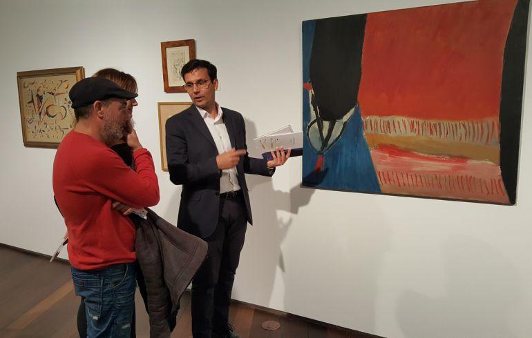 El alcalde de Granada ante un cuadro de José Guerrero en la exposición sobre pintura abstracta andaluza inaugurara este jueves en el Centro Lorca de la ciudad