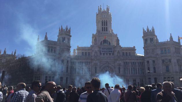 Los taxistas durante su cocentración frente al Ayuntamiento de Madrid