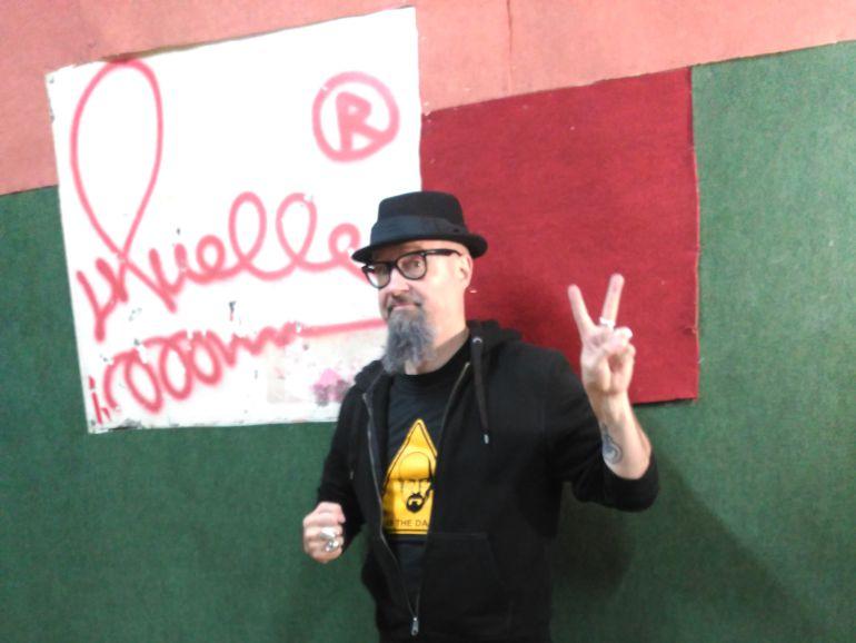 César Strawberry junto a la firma de Muelle en la sala Tablada donde ensaya.