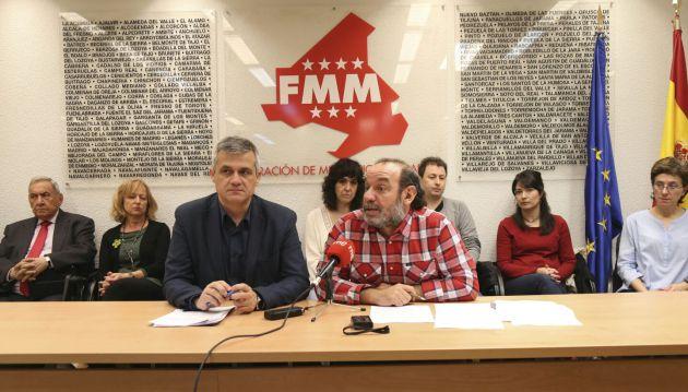 De izquierda a derecha David Lucas, vicepresidente de la FMM y alcalde de Móstoles, y Paco Garrido, coordinador de CEAR Madrid durante la presentación de esta mañana
