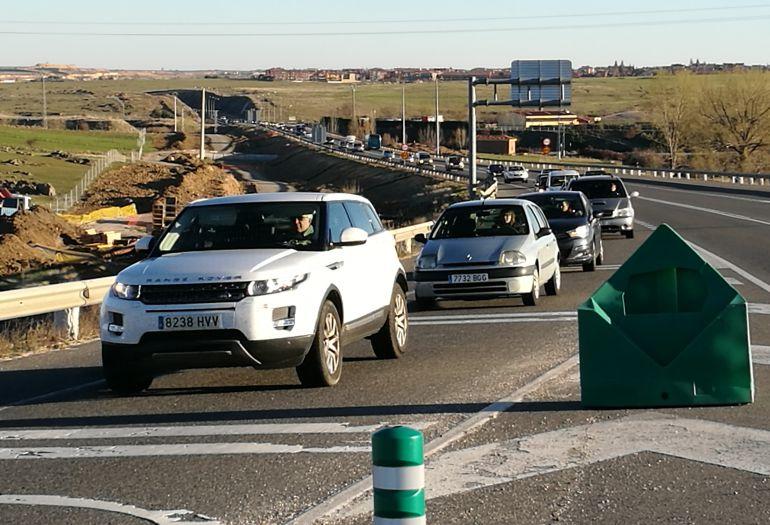 Atascos y tráfico lento, a primera hora de la mañana, en la carretera de circunvalación de Segovia SG-20,por un accidente entre dos vehículos