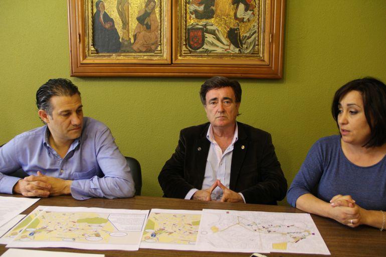 El concejal de Tráfico, Marcos Rodríguez; el alcalde de Cuéllar, Jesús García, y la concejal de Turismo, Nuria Fernández presentan el plan de evacuación para las Edades del Hombre y las próximas actuaciones que se van a realizar.