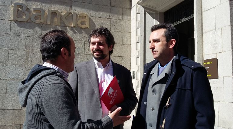 De iz a dcha José Ángel Frías y José Sarrión coordinadores de IU provincial y regional respectivamente y Alberto López Villa abogado de la coalición en el caso Caja Segovia