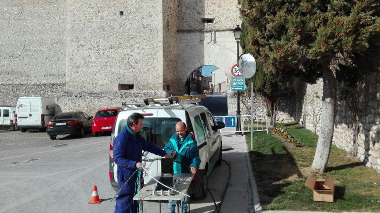 Operarios de Telefónica instala la fibra óptica en la zona del arco de Santiago de Cuéllar.