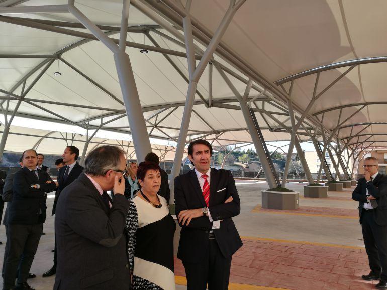 La alcaldesa Clara Luquero junto al consejero de Fomento Juan Carlos Suárez-Quiñones (d) durante la visita a la estación de autobuses