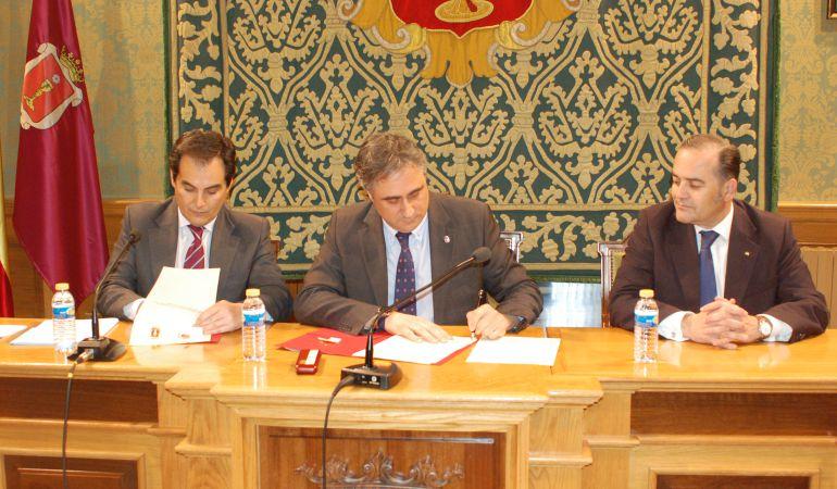 José Antonio Nieto (i) y Ángel Mariscal firman el protocolo en presencia de José Julián Gregorio (d)