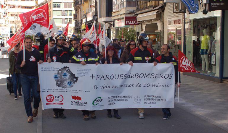 Bomberos y sindicatos se han manifestado por las calles de Cuenca