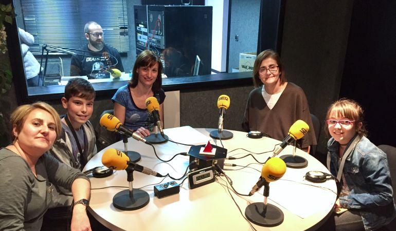 Las profesoras Mar Martín y Nuria Robles, los alumnos Noelia Suárez y Jaime Martín, y la directora del colegio público San Sebastián, Miren Álvarez, nos han presentado su periódico y radio digital