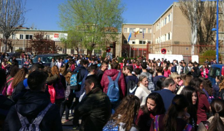 La concentración nació de la comunidad educativa del IES Arquitecto Peridis