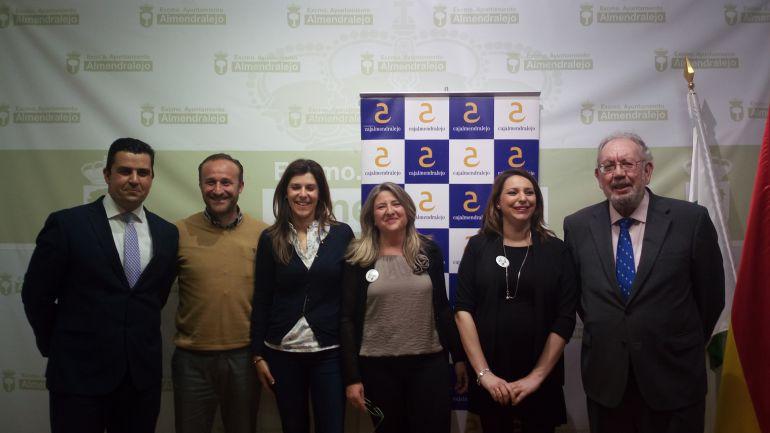 Representantes de Aprosuba-2, Ayuntamiento y Cajalmendralejo.