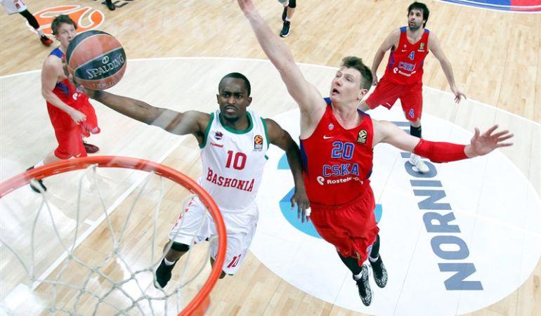 Beaubois intenta una canasta entre varios jugadores del CSKA en el partido de ida jugando en Moscú.