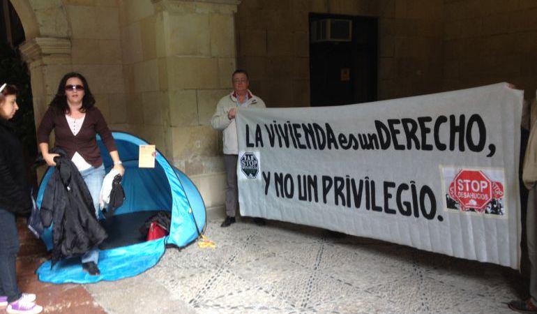 Imagen de archivo de una acampada de Stop Desahucios en el Ayuntamiento de Alicante