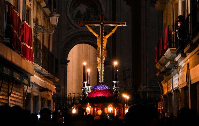 El Cristo de la Misericordia sobre su paso antes de entrar en la Plaza de las Pasiegas
