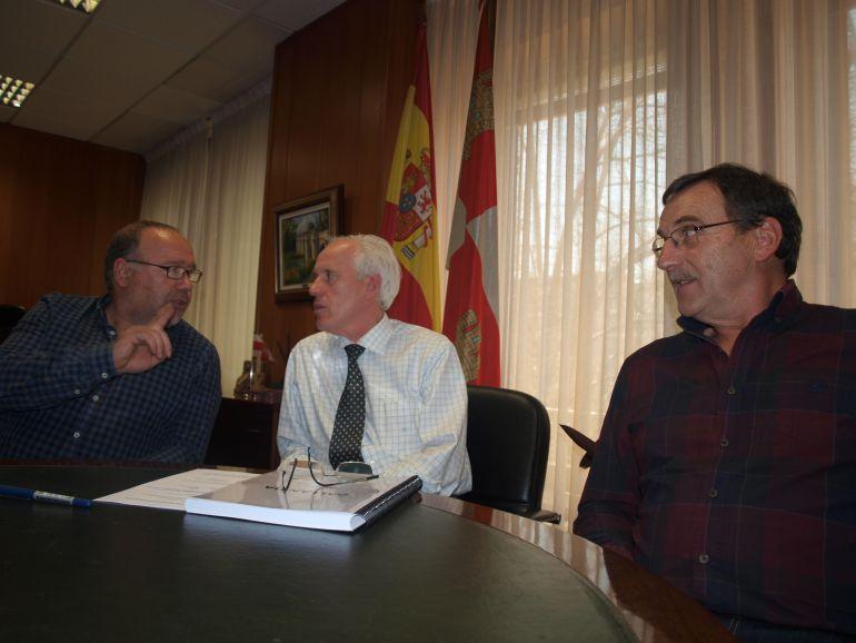 Reunión del delegado con el Alcalde de Barruelo de Santullán y el presidente de la junta vecinal de Revilla de Santullán