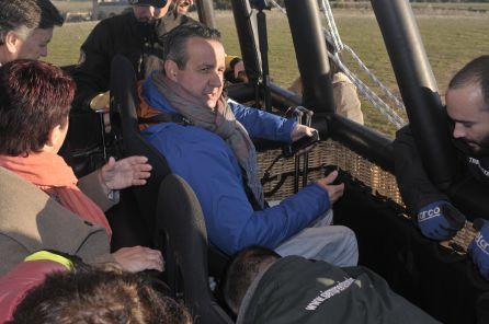 El diputado Ignacio Tremiño se sienta en una de las sillas preparadas en la barquilla del globo adaptado para personas con movilidad reducida.