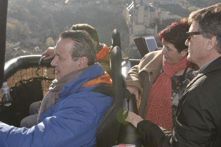 Francisco Sardón e Ignacio Tremiño junto a la alcaldesa Clara Luquero y el presidente de la Diputación Francisco Vázquez sobrevuelan la ciudad durante el primer viaje en globo aerostático adaptado para personas con movilidad reducida.