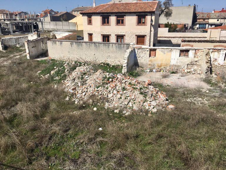 Escombros en una parcela situada junto a las murallas de Cuéllar