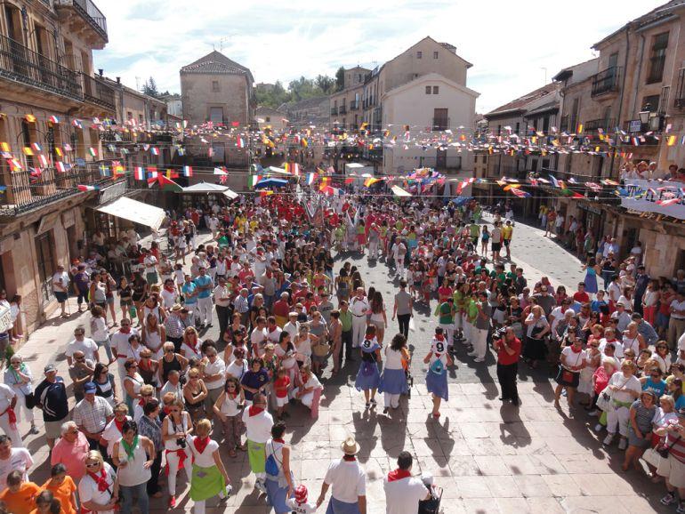 Jóvenes y mayores disfrutan de las fiestas de Sepúlveda en el Nordeste de la provincia.