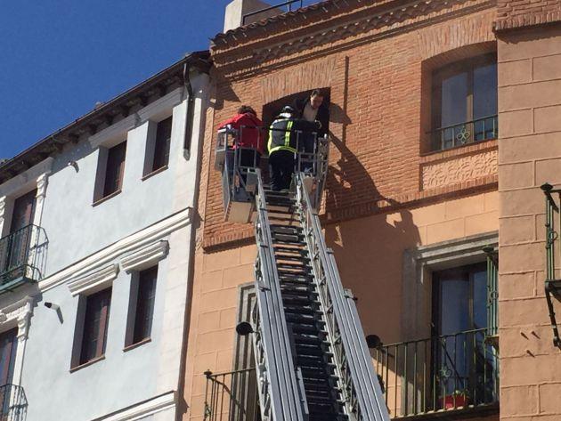 Momento de la evacuación de una de las personas residentes en el edificio