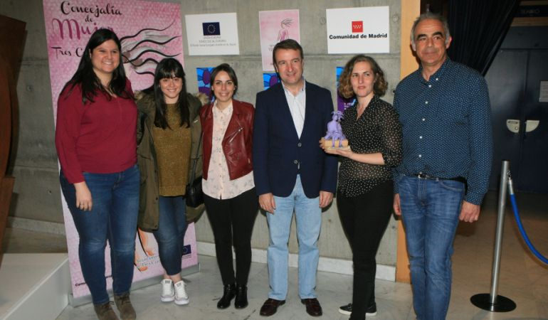 El alcalde, Jesús Moreno (centro), entregó el galardón del festival a la directora Carlota Martínez por su corto 'Las rubias'