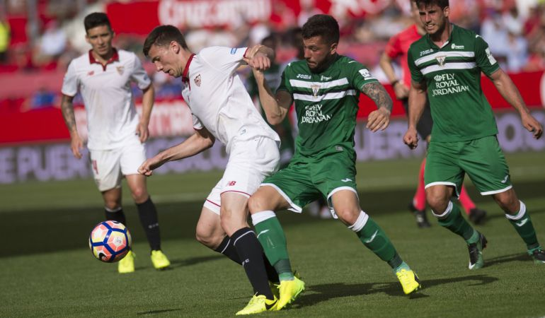 El defensa francés del Sevilla Clément Lenglet (2i) disputa un balón con el centrocampista brasileño del Leganés Gabriel Pires (2d) durante el partido de la pasada jornada
