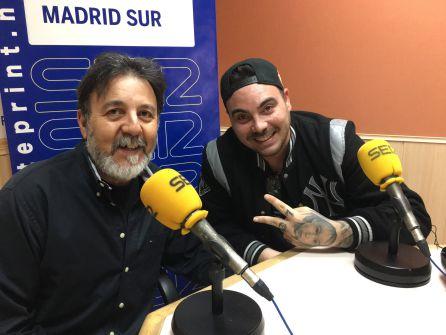 El cantante de 'Mad División', Danny Killag (d) junto a Paco Mata, de la Asociación DARSE.