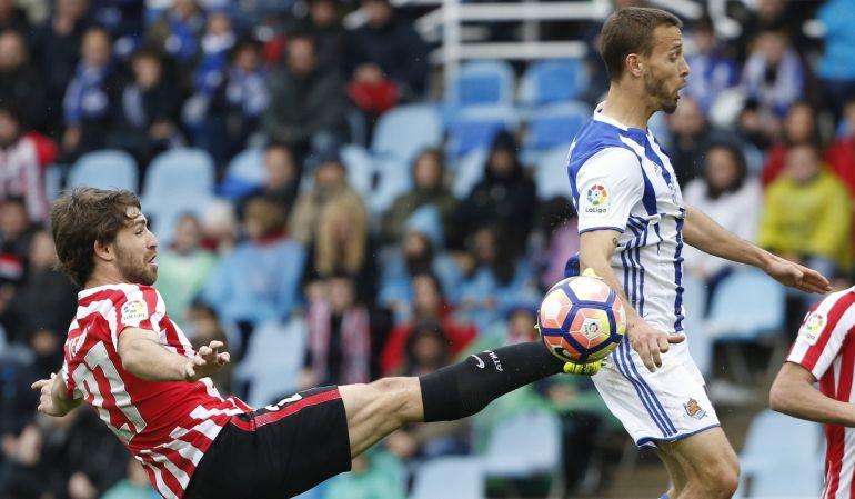 Sergio Canales disputa un balón con Yeray en el derbi del pasado domingo disputado contra el Athletic.