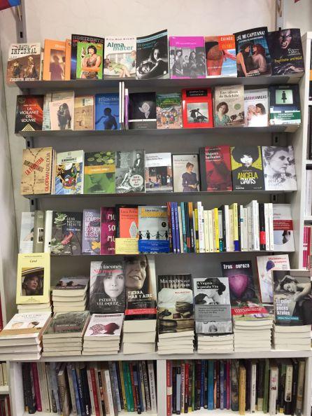 Una de las estanterías de la librería