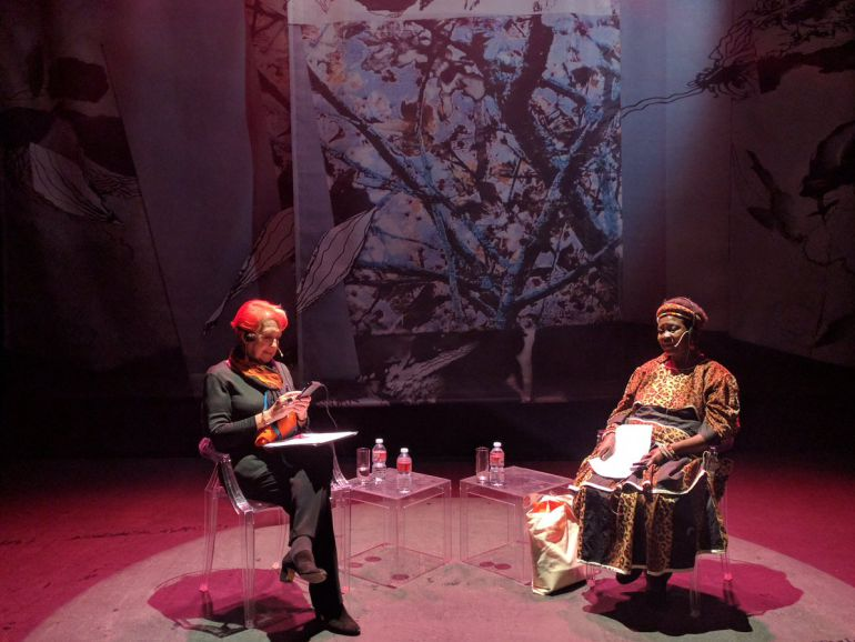 Un momento de la charla de Rosa María Calaf con Theresa Kachindamoto