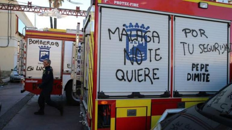 Uno de los camiones de los bomberos de Málaga con las pintadas
