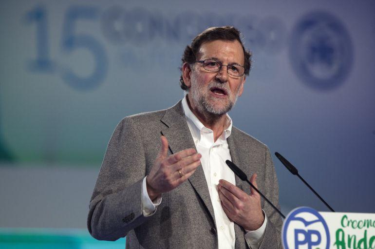 """El presidente del Gobierno, Mariano Rajoy, durante su intervención en la clausura del 15 Congreso Autonómico del Partido Popular, que se celebra este fin de semana en Málaga. Rajoy, ha pedido """"un poco de responsabilidad"""" a los demás partidos para que no se repita una votación como la de la reforma de la estiba, porque """"el parlamento de una de las naciones más importantes de Europa no puede votar en contra de la sentencia de un tribunal europeo"""""""