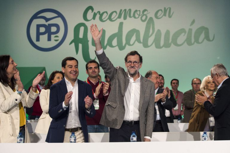 El presidente del Gobierno, Mariano Rajoy (c) junto a el líder del PP andaluz, Juanma Moreno, saluda a su llegada a la clausura del 15 Congreso Autonómico que se celebra este fin de semana en Málaga
