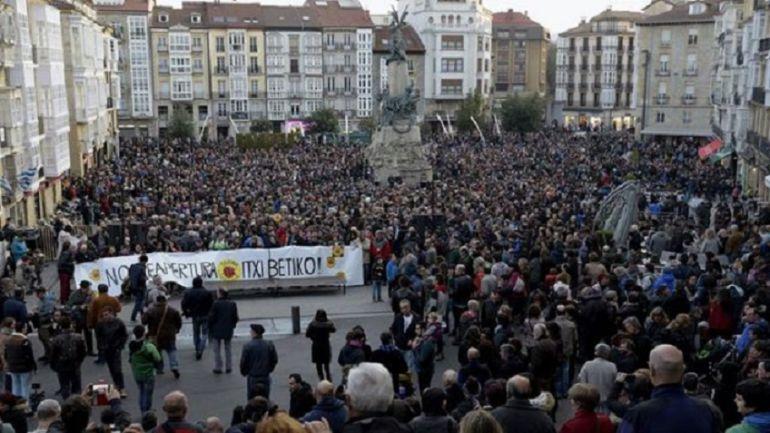 Salida de la manifestación contra Garoña en la Plaza de la Virgen Blanca