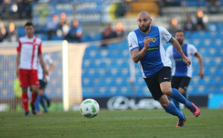 Chechu Flores controla un balón ante el Espanyol B