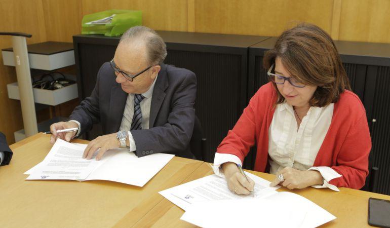 El presidente de FEMPA, Guillermo Moreno, durante la firma de un convenio sobre investigación y formación con la Universidad de Alicante.