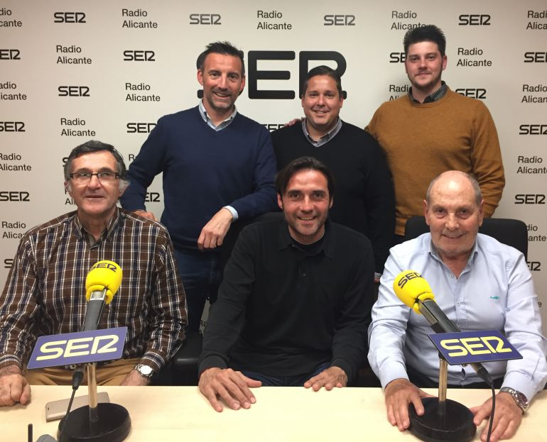 Carlos Luque, entrenador del Hércules, y Pedro Vera, junto a los contertulios, en los estudios de Radio Alicante