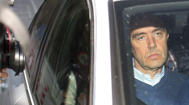 Miguel López (d) sale de la prisión de Fontcalent tras el auto del juez que permite su libertad bajo fianza de 150.000 euros, siendo el único detenido por el asesinato de su suegra, María del Carmen Martínez, viuda del expresidente de la CAM Vicente Sala