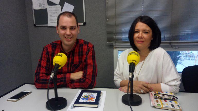 Olga Sales y Rubén Sánchez, presidenta y responsable de la Asociación Autismo Jávea, en los estudios de Radio Dénia Cadena SER.