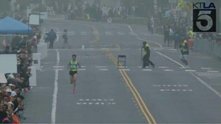 Pedro Nimo, en la recta de meta en el maratón de Los Ángeles
