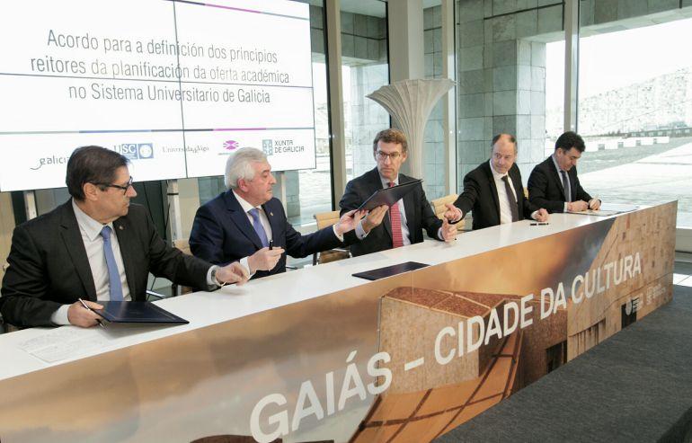 El presidente de la Xunta y los rectores de las tres universidades en la firma del acuerdo