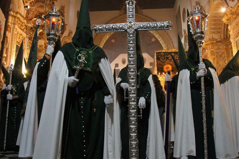 Nazarenos de la Hermandad de la Esperanza, a punto de iniciar su estación de penitencia