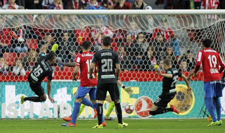 El defensa islandés del Granada Sverrir Ingi Ingason lanza marcando gol ante el Sporting de Gijón durante el partido de la vigésima octava jornada de Liga en Primera División en El Molinón, en Gijón