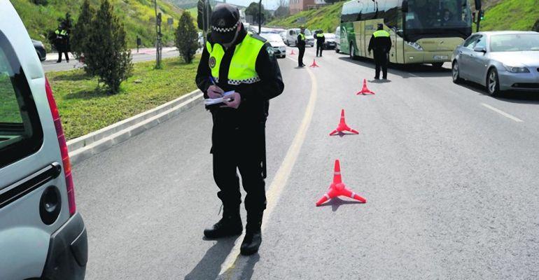 Un policía pone una multa durante uno de los controles que se han llevado a cabo durante la pasada semana.