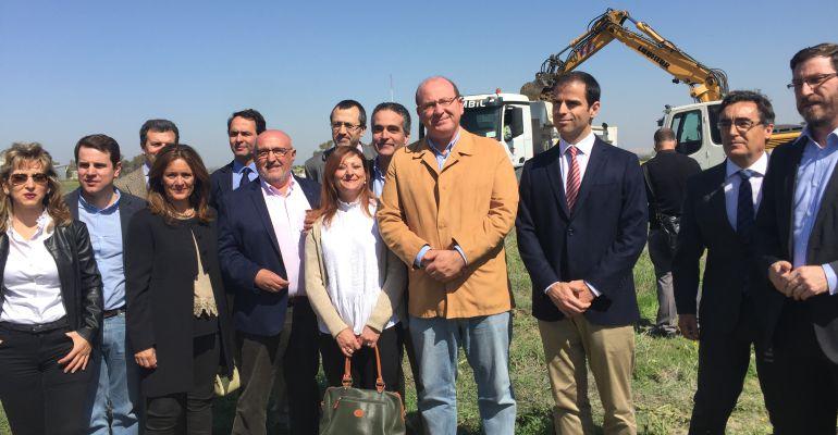 El alcalde de Jaén, Javier Márquez, junto al presidente del Grupo Alvores, José Carrión (a su izquierda), junto a concejales populares del Ayuntamiento de Jaén.