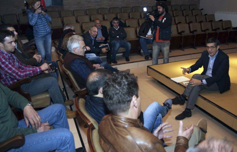 """El candidato a la Secretaría General del PSOE Patxi López (d) durante la reunión que ha mantenido hoy con alcaldes mineros de León en Toreno, donde ha defendido la vigencia del carbón en el mix energético nacional """"hasta que se desarrollen alternativas de energías renovables"""""""