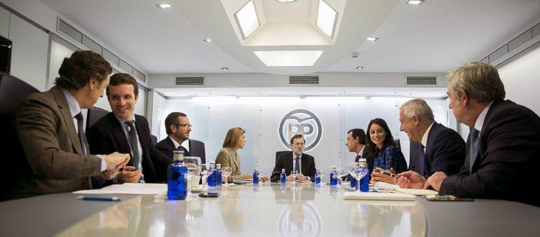 Fotografía facilitada por el PP, del presidente del partido, Mariano Rajoy (c), junto a la secretaria general, María Dolores de Cospedal (4i); el coordinador general, Fernando Martínez-Maillo (4d); los portavoces, Rafael Hernando (i) y José Manuel Barreiro (d); los vicesecretarios, Pablo Casado (2i), Javier Maroto (3i), Andrea Levy (3d) y Javier Arenas (2d), durante la reunión del Comité de Dirección del PP, esta mañana en la sede del partido en la calle Génova de Madrid